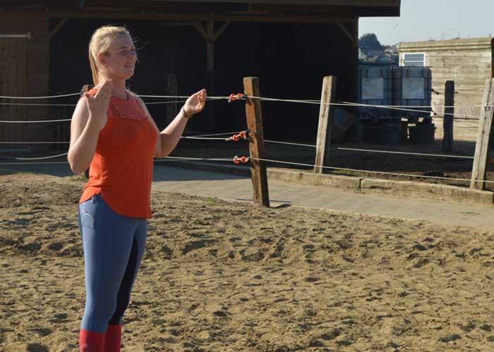 Ellen uitleg teambuilding met paarden